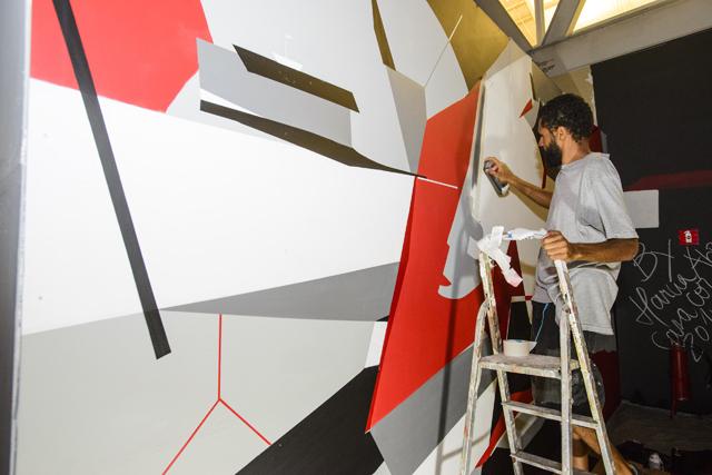 Fredone criou mural com figuras geométricas. Foto: Gabriel Lordêllo/Mosaico Imagem