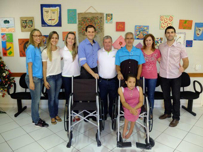 As duas cadeiras de rodas foram recebidas com muita alegria no Centro de Vivências Despertar para a Vida