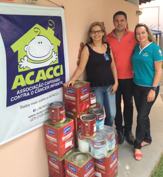Foto da doação de tintas da Politintas para Acacci