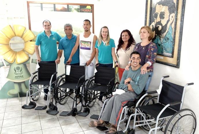 Politintas doa cadeira de rodas para Apae de Cariacica