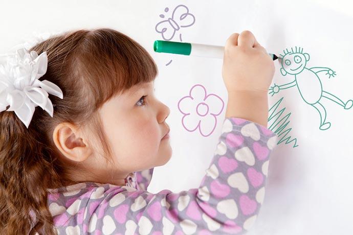 Risque e rabisque - criança rabiscando a parede