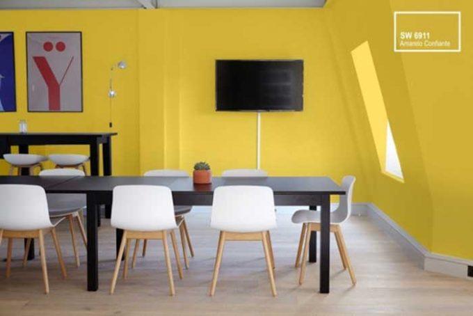 cores da Copa: sala pintada de amarelo confiante