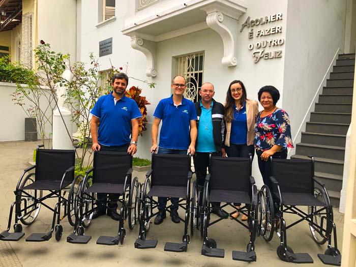Equipe Politintas doa cadeira de rodas na 8ª Pincelada do Bem