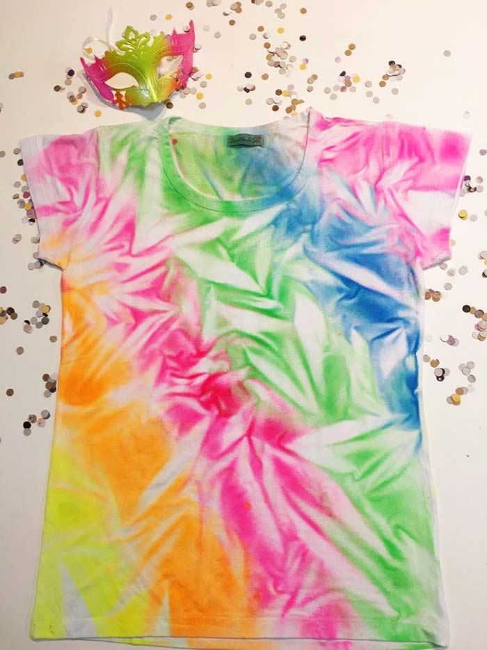 Personalizando camisa de Carnaval com spray