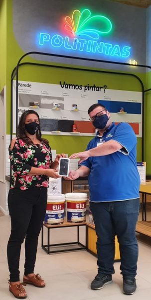 Moradora de Viana, Lucimara Balestrero está reformando a casa e comprou produtos Coral na loja de Campo Grande.