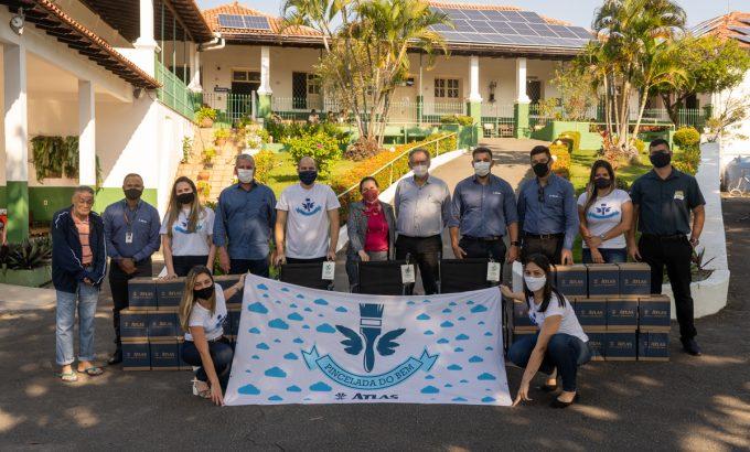 Politintas em ação da campanha Pincelada do Bem, na qual realiza doações para o Asilo de Vitória